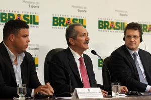O ex-jogador Ronaldo, o ministro Aldo Rebelo e o secretário-geral da Fifa, Jerôme Valcke, durante entrevista (Foto: Glauber Queiroz / Divulgação / ME)