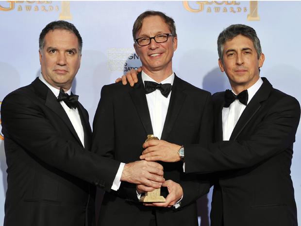 A partir da esquerda: Jim Taylor, Jim Burke e Alexander Payne, produtores de 'Os descendentes',que ganhou prêmio de filme de drama na 69ª edição do Globo de Ouro (Foto: AP)