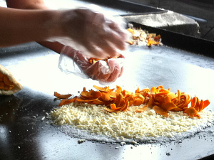 Preparo da tapioca com tucumã (Foto: Ana Graziela Maia/G1AM)