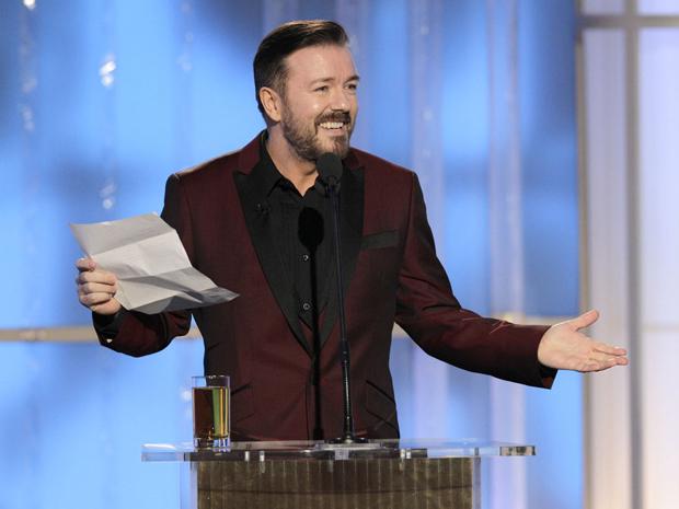 Ricky Gervais começou apresentação com copo de bebida alcoólica e exibindo uma lista com itens que não poderia fazer piada  (Foto: AP)