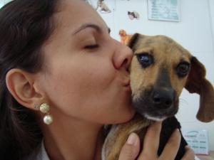 Cachorro receb carinho da nova 'mãe' (Foto: Alan Schneider/G1)