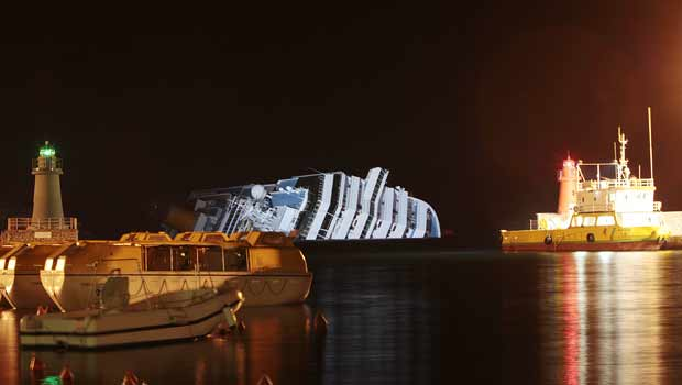 Navio é visto a partir da ilha italiana de Giglio na noite desta segunda-feira (16) (Foto: AP)