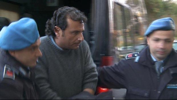 O capitão Francesco Schettino é levado de volta à prisão nesta terça-feira (17) na cidade italiana de Grosseto (Foto: Reuters)