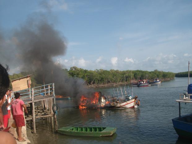 Ebarcação pega fogo após explosão de botijão de gás (Foto: Francisco Charles Santos / VC No G1)