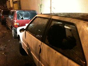Carros ficaram danificados (Foto: Daniel Buarque/G1)