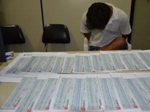 Homem é preso com cheques clonados em João Pessoa (Foto: Walter Paparazzo/G1)