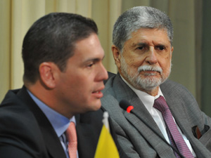 Os ministros da Defesa Juan Carlos Pinzón Bueno (Colômbia), e Celso Amorim (Brasil) (Foto: Agência Brasil)