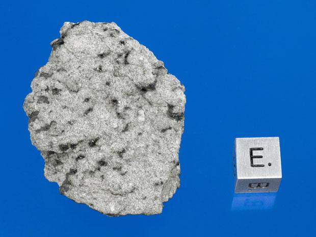 A pedra que aparece na imagem é um meteorito com origem em Marte. A rocha foi encontrada em dezembro de 2011 perto de Foumzgit, em Marrocos, e cientistas acreditam que ela tenha caído em julho do mesmo ano, durante uma chuva de meteoros. Essa é apenas a q (Foto: AP Photo/Darryl Pitt of the Macovich Collection)
