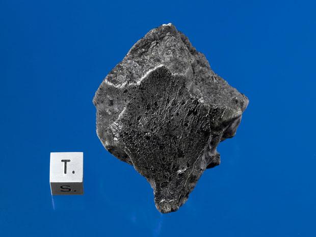 A pedra que aparece na imagem é um meteorito com origem em Marte. A rocha foi encontrada em dezembro de 2011 perto de Foumzgit, em Marrocos, e cientistas acreditam que ela tenha caído em julho do mesmo ano, durante uma chuva de meteoros. Essa é apenas a q (Foto: AP Photo/Darryl Pitt, Macovich Collection)