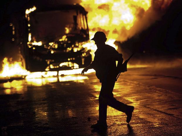 Ônibus foi queimado em próximo à área ocupada de Pinheirinho, em são José dos Campos (Foto: Roosevelt Cassio/Reuters)