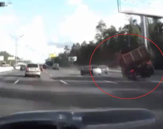 Motorista andou em duas rodas ao tentar evitar acidente. (Foto: Reprodução/YouTube)