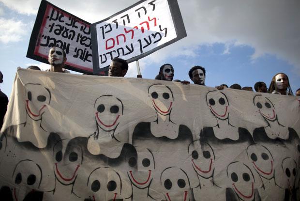 Grupo levou faixas pintadas durante o protesto em Jerusalém (Foto: Menahem Kahana/AFP)