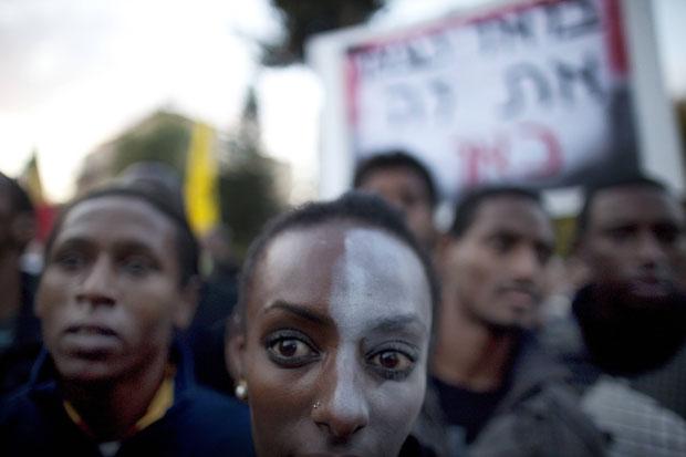 Alguns manifestantes pintaram apenas metade das faces (Foto: Menahem Kahana/AFP)