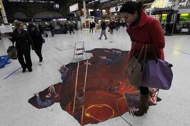 Pintura em 3D mostra invasão de 'ratos monstros' em estação de metrô. (Foto: Sang Tan/AP)