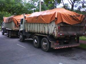 Caminhões estavam carregados com entulhos de construção. (Foto: São Roque Notícias)