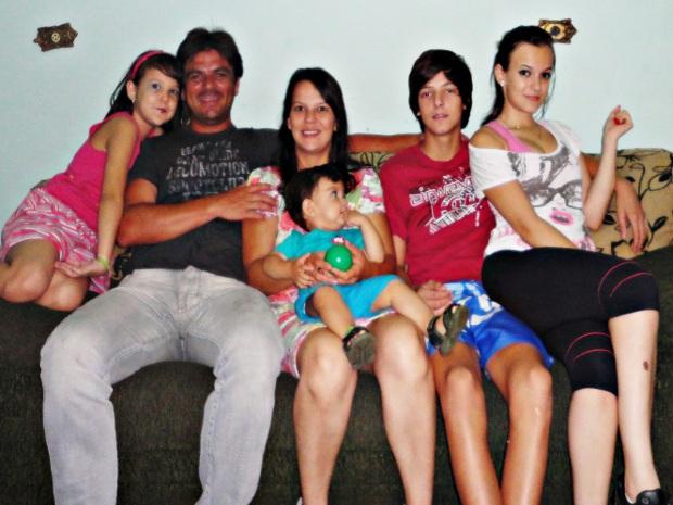 Patrícia e o ex-padre Carlos com os filhos vivem em Salto, SP (Foto: Arquivo pessoal)