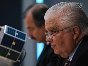 Marco Antonio Raupp e Aloizio Mercadante (ao fundo) durante posse na Agência Espacial Brasileira, em março do ano passado (Foto: Marcello Casal Jr./ABr)