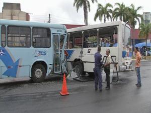 Ônibus que realizava retorno não conseguiu frear a tempo (Foto: TV Verdes Mares/Reprodução)