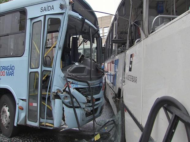 15 pessoas ficaram feridas com a colisão, os ferimentos foram considerados leves pelos socorristas do Samu (Foto: TV Verdes Mares/Reprodução)