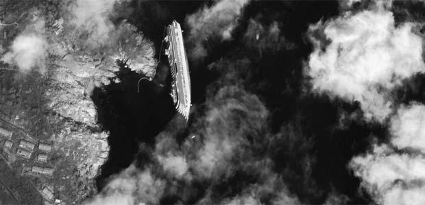 Imagem de satélite mostra, de cima, o navio naufragado Costa Concordia (Foto: AP)
