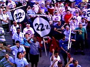 Rodoviários de Porto Alegre, em estado de greve, realizam manifestação com pedido de 22% de aumento salarial (Foto: Reprodução / RBS TV)