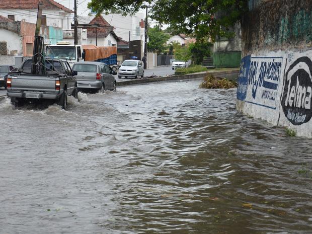 Chuva deixa ruas alagadas em João Pessoa, Paraíba (Foto: Walter Paparazzo/G1)