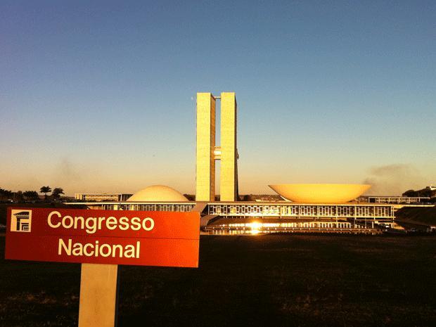 Brasília tem a maior renda média e maior desigualdade social do país. Segundo GDF, a necessidade de profissionais qualificados no serviço público dificulta o acesso dos menos escolarizados a postos com nbons salários