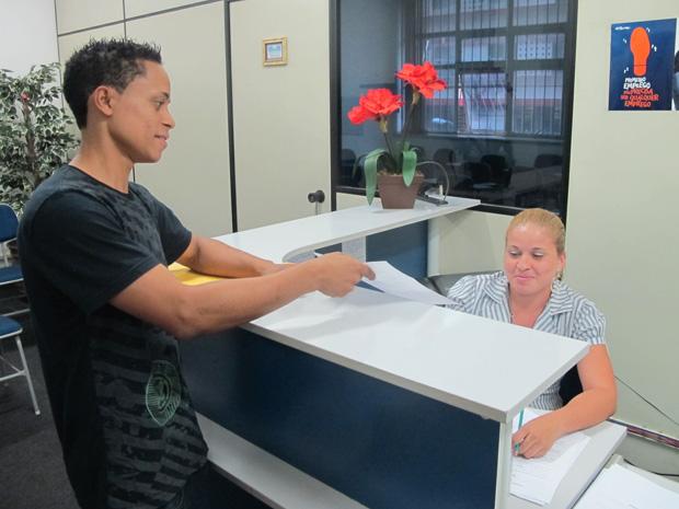 Jovem entrega currículo para vaga em fábrica de eletroeletrônica instalada em Campinas (Foto: Renato Jakitas/G1)