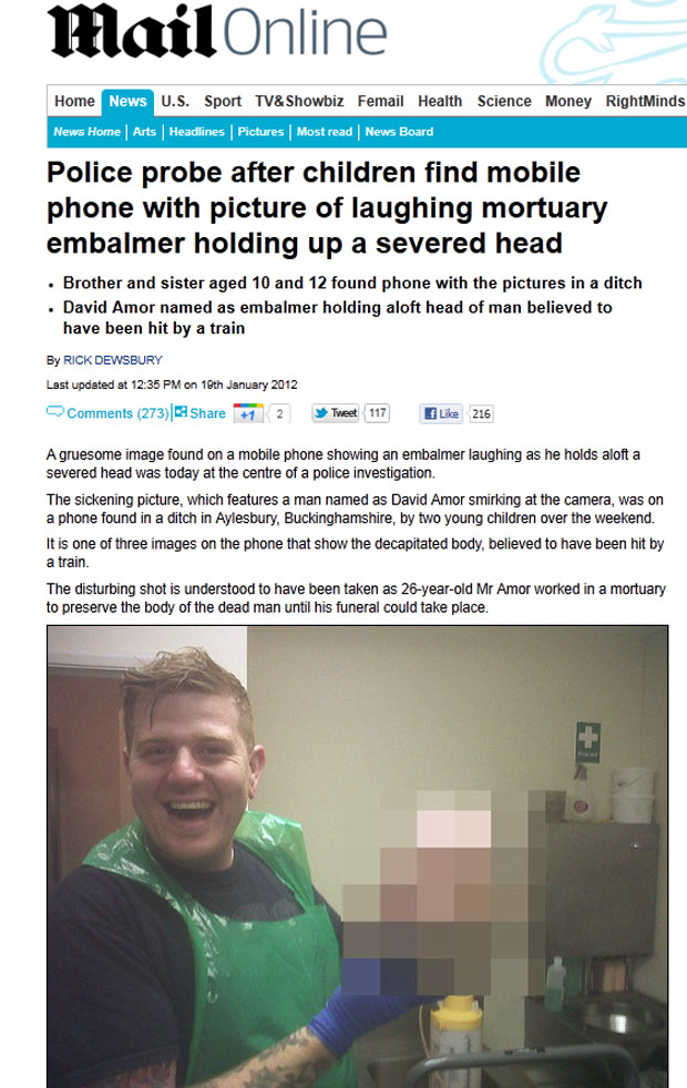 Imagem no celular encontrado mostra o embalsamador posando com a cabeça decapitada (Foto: Reprodução/Daily Mail)