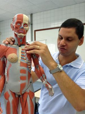 Edson de Souza no laboratório de fisioterapia onde estudou durante quatro anos (Foto: Ana Carolina Moreno/G1)