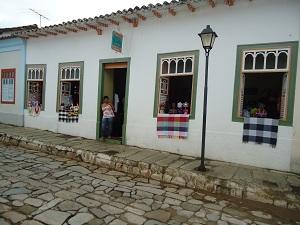 Casas com artesanatos ficam espalhadas por toda a cidade. (Foto: Carolina Simiema)