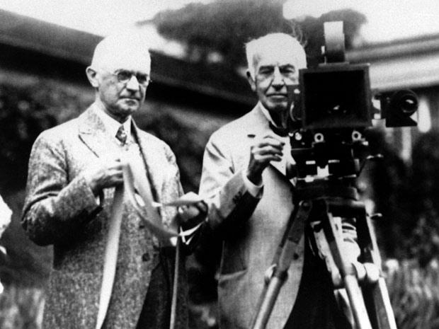 No fim dos anos 20, imagem de arquivo mostra o fundador da Eastman Kodak, George Eastman, à esquerda, ao lado de Thomas Edison, ambos com suas invenções. Edison inventou o equipamento para projeção de imagens em movimento e Kodak inventou o filme de rolo e a câmera de caixa, que ajudaram a criar a indústria do cinema. (Foto: AP Photo)