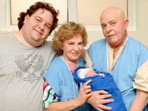 Sandro Luís, ce Lula na maternidade com o novo Lula da Silva (Foto: Kátia Rocha/Publivideo/Divulgação)