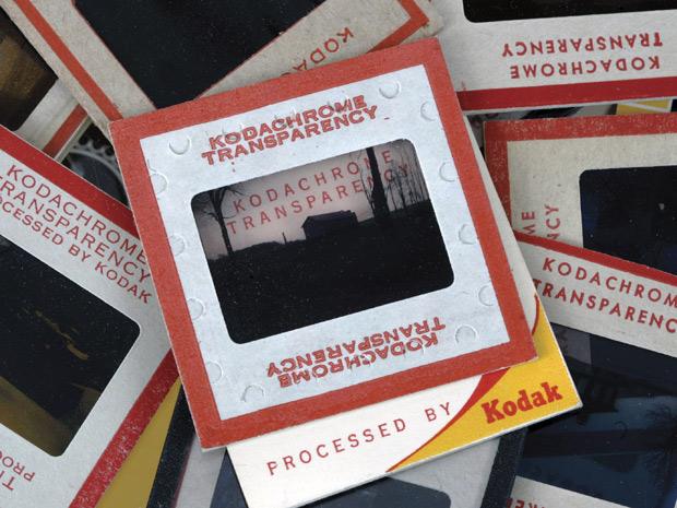 Na foto de setembro de 2008, slides antigos do filme Kodachromesão exibidos em Clarence, N.Y.  (Foto: AP Photo)