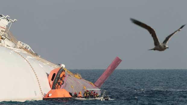 Resgatistas sobem no casco do Costa Concordia nesta quinta-feira (19) na costa da ilha italiana de Giglio (Foto: AP)