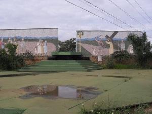 Ao longo da rodovia GO-020, conhecida como Rodovia dos Romeiros, estão instalados painéis que representam a Via Sacra (Foto: Humberta Carvalho/G1)