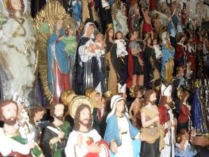 Barraquinhas que vendem artigos religiosos aos pés do Santuário Basílica, em Trindade (GO), também são pontos de visitação (Foto: Humberta Carvalho/G1)