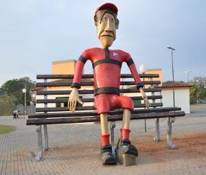 Boneco e banco gigante são atrações da Praça dos Exageros em Itu, SP (Foto: Divulgação)