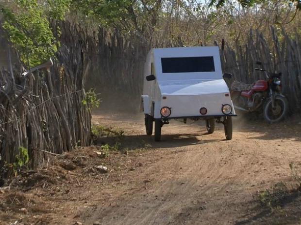 Agricultor constroi carro de madeira no Ceará (Foto: TV Verdes Mares/Reprodução)