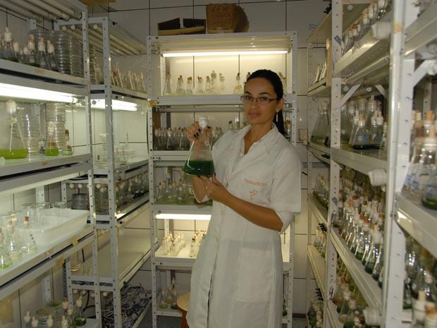 A pesquisadora Caroline Pamplona mostra uma cultura de cianobactérias, usadas para produção do cianodiesel. (Foto: Divulgação)