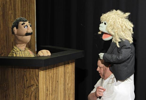 Emissora 'Woio' vem utilizando bonecos para representar julgamento. (Foto: Mark Duncan/AP)