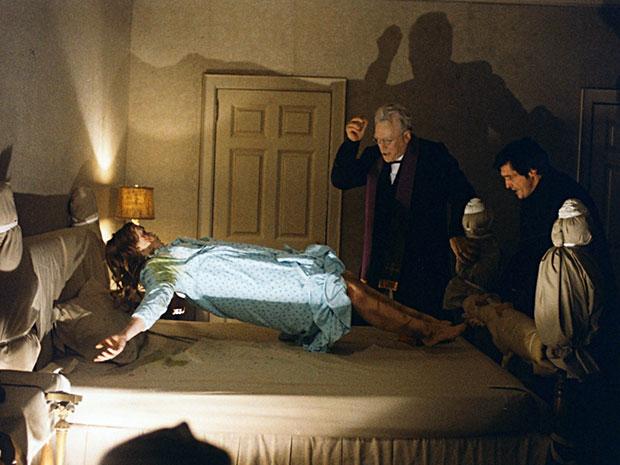 A famosa cena da levitação em 'O exorcista': filme arrecadou mais de US$ 440 milhões de dólares em todo o mundo (Foto: Divulgação)