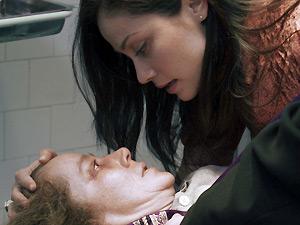 A atriz Suzan Crowley (deitada) e a brasileira Fernanda Andrade em cena no filme 'A filha do mal'  (Foto: Divulgação)