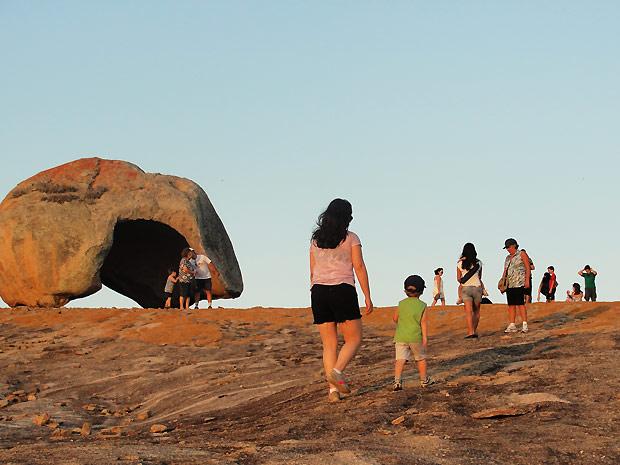 Blocos do lajedo têm formatos curiosos, como a Pedra do Capacete (Foto: Maurício Melo/G1 PB)