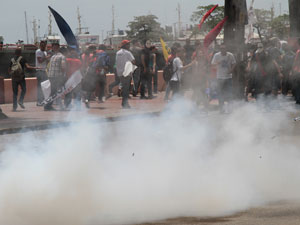 Protesto de estudantes contra aumento de 6,5% nas passagens de ônibus do Grande Recife, nesta sexta-feira, 20 (Foto: Alexandre Gondim/JC Imagem/AE)