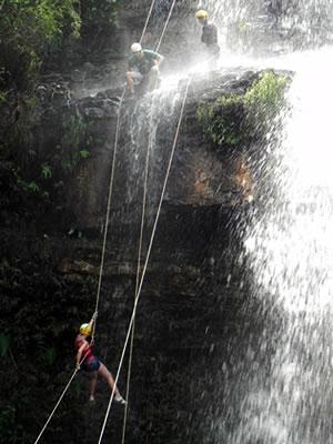 rapel na cachoeira (Foto: Ericksen Vital/G1)