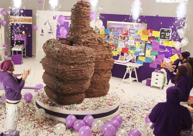 Escultura mede três metros de altura, pesa quase três toneladas. (Foto: Reprodução/Cadbury Dairy Milk)