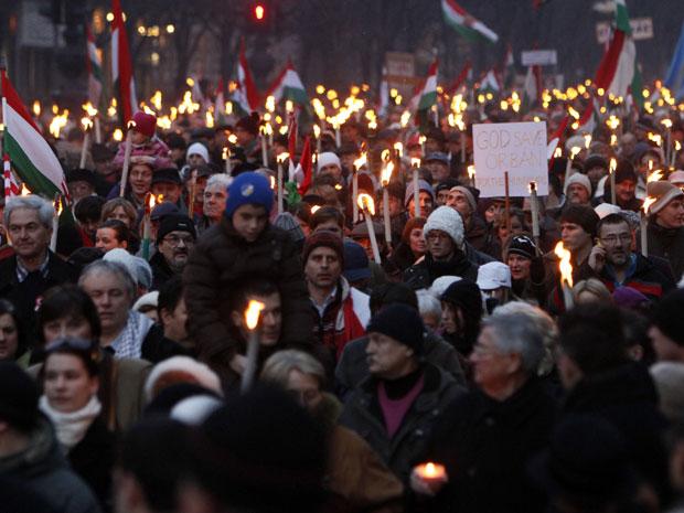 Pessoas participam de manifestação nas ruas de Budapeste em apoio ao governo da Hungria (Foto: Bernadett Szabo/Reuters)