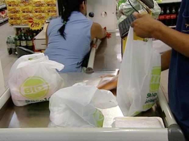 Supermercados de Vitória oferecem sacolas biodegradáveis. (Foto: Reprodução/TV Gazeta)