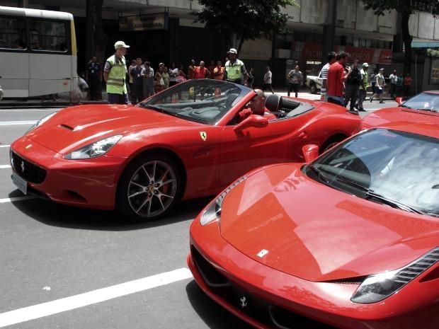 Seis Ferraris emparelhadas pararam o trânsito no centro do Rio na tarde deste sábado (21) (Foto: Marcos Vinicius Lage da Silva/VC no G1)